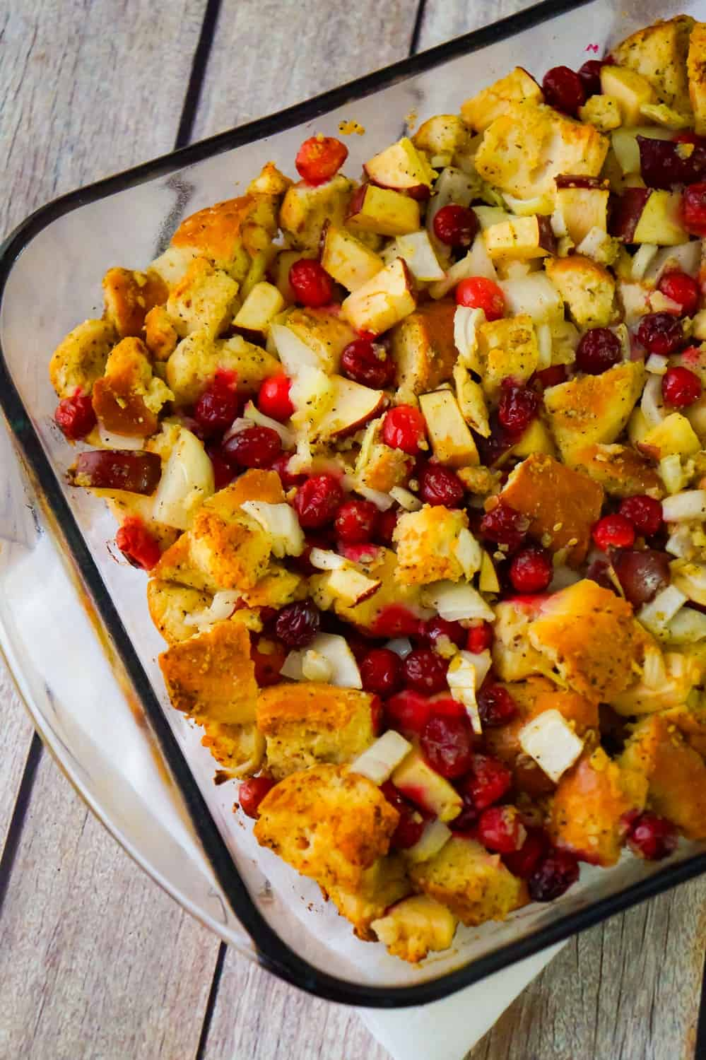 Cranberry Apple Thanksgiving Stuffing is an easy holiday side dish recipe. This baked stuffing is made with everything bagels and loaded with cranberries and diced apples.