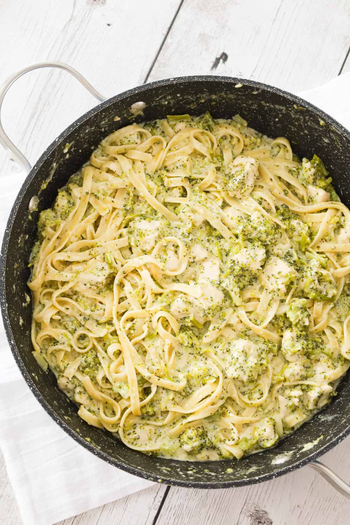 Chicken Broccoli Alfredo is a creamy garlic pasta dish loaded with chicken breast chunks, broccoli and parmesan cheese.